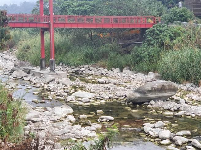 水里鄉地方居民憂心日月潭清淤作業,恐影響水里溪水乾淨度,台水公司則表示,預計明年底前將取水口遷移至虹橋,並優化淨水設施。(中辦中心提供/黃立杰南投傳真)