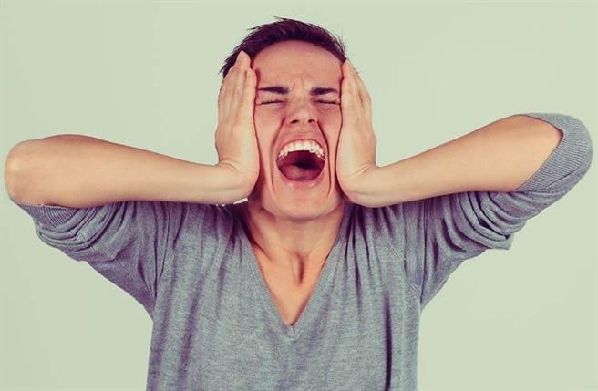 一名網友抱怨,女友洗澡遭親戚男孩硬闖,阿嬤還幫腔「看到又怎樣」,真是他見過最奇葩的家庭。(示意圖,達志影像/shutterstock)