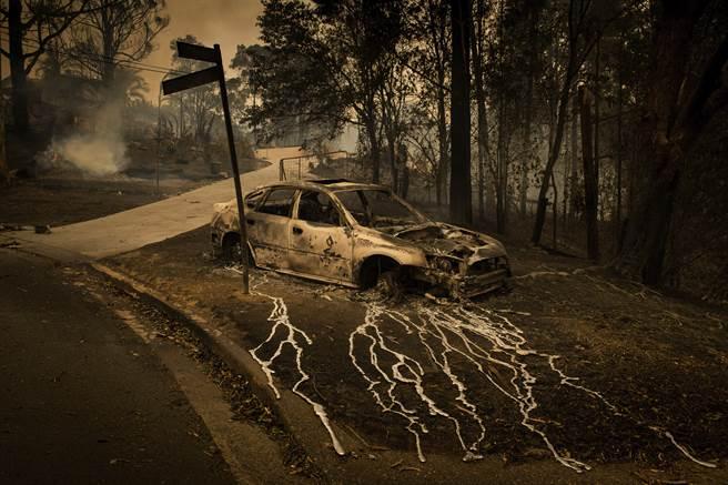 澳洲新南威爾斯的山林大火,汽車的鋁材料都被燒熔了,流淌在地上。(圖/美聯社)