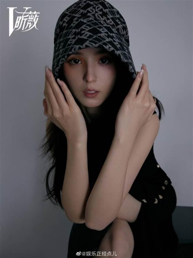 24歲大陸新生代女星哈妮克孜因在節目中表演《一夢敦煌》舞蹈一炮而紅。(圖/摘自微博@娱乐正经点儿)