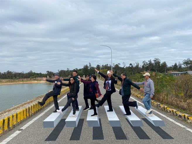 金門旅遊新景點「漂浮斑馬線」吸引遊客慕名來訪。(金門縣府觀光處提供)
