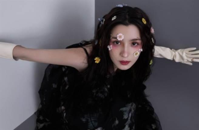 24歲大陸女星哈妮克孜以異域高顏值被譽為「四千年難得一遇的美女」。(圖/摘自微博@娱乐正经点儿)