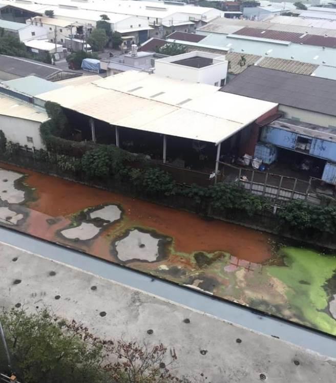 有民眾於7日上傳怵目驚心的紅綠廢水流入子母溝的照片至臉書社團「ㄨㄚ是泰山人」,引發大批留言,「下雨天是偷倒廢水的好時機」、「沒救了」、「太扯了吧!」等,還有網友貼出照片爆料溪流先前也是紅色一片,而且此段溪流的上游更是堆滿垃圾,情況持續10多年之久。(翻攝自臉書社團ㄨㄚ是泰山人/戴上容新北傳真)