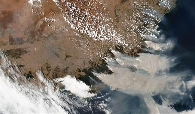 太空中所拍攝到的澳洲新南威爾斯,可看到許多的火點冒出大冒濃煙。(圖/美聯社)