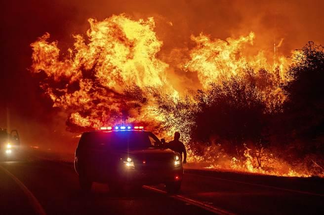 美國加州奧羅維亞(Oroville)的山林大火,警方趕到此處,只能觀察,無法撲滅。(圖/美聯社)