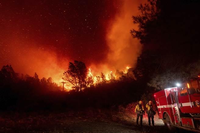 加州奧羅維亞的消防員,看著逐漸逼近的山林大火。(圖/美聯社)