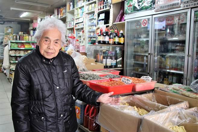 現年92歲的莊寶春(見圖),在龍潭經營隆興商店多年,店面已成為街坊鄰居共同的生活記憶。(黃婉婷攝)