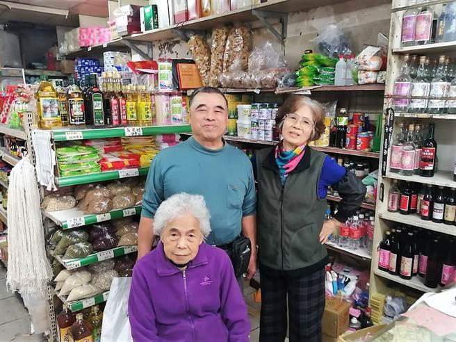 雜貨店現由第二代徐雙源(左)和太太彭瓊慧(右)接手經營,兒女也蓄勢待發準備傳承阿嬤打拚70餘年的傳統小店。(黃婉婷攝)