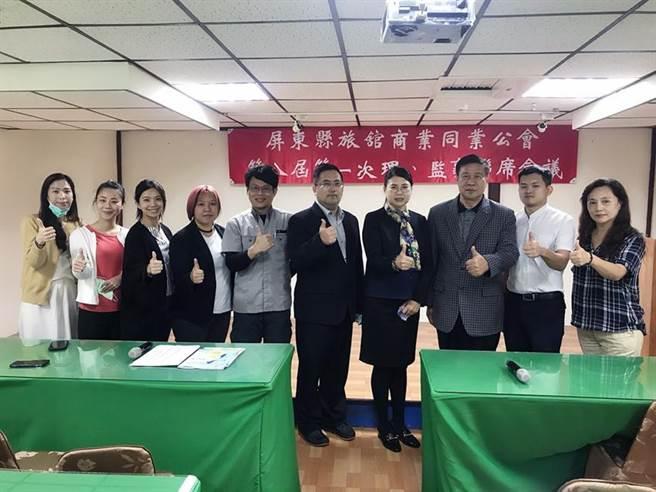 屏東縣旅館公會理事長林貴平(左六)獲得連任、馬爾地夫董事長張榮南(右三)則當選常務監事。圖/屏東縣旅館公會提供