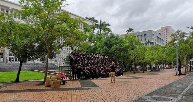 畢業陸生戲稱,台灣就像是「前任」,半是蜜糖半是傷。圖為在拍畢業照的同學們。(作者提供)