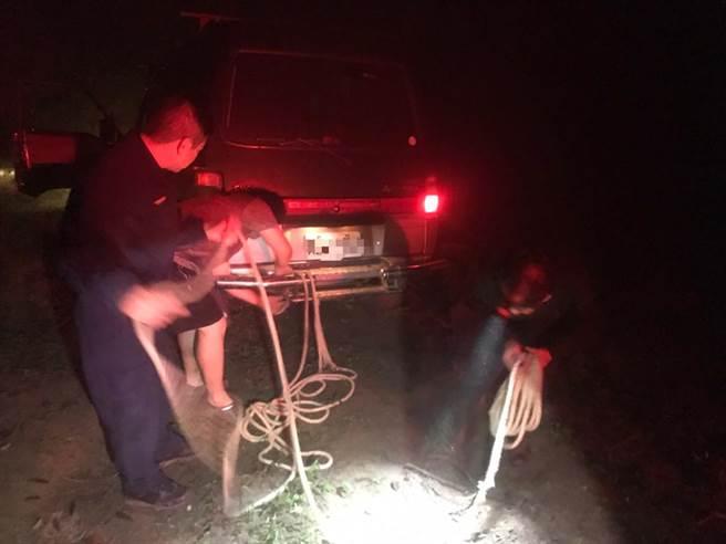 頭份警分局蓬萊所員警協助陳姓民眾受困車輛脫困,但因天色昏暗作罷。(頭份警分局提供/謝明俊苗栗傳真)