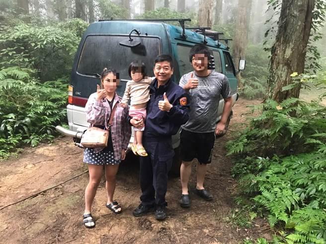 頭份警分局蓬萊所員警協助陳姓民眾受困車輛脫困。(頭份警分局提供/謝明俊苗栗傳真)