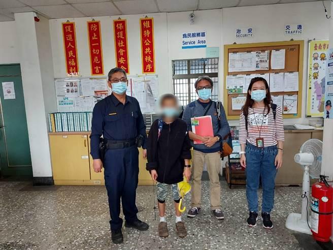 高雄一名沈姓少年5日與家人到花蓮遊玩走失,卻是搭車前往400公里外的台南,在新營太子宮廟旁遊蕩時被人發現報警尋獲。(新營警分局提供/莊曜聰台南傳真)
