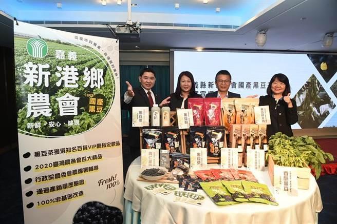 (高雄翰品酒店總經理林俊宇(左一)偕同新港農會代表一同推廣優質黑豆。圖/翰品酒店提供)