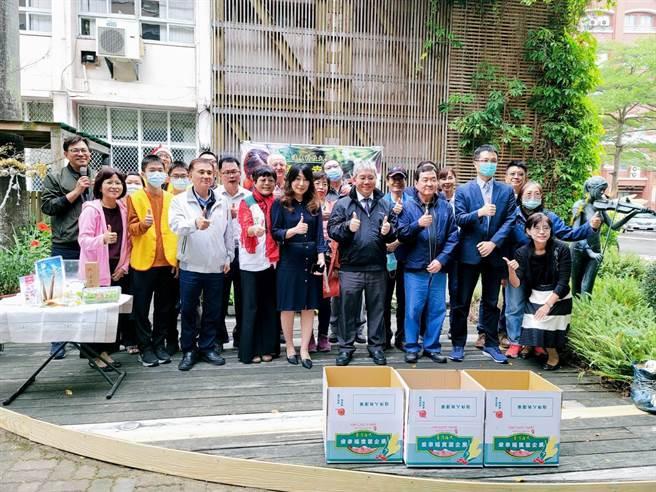台南市遠東科技大學幸福農場蔬果拍賣會,總拍賣所得近40萬元,全數捐贈公益。(遠東科大提供/劉秀芬台南傳真)