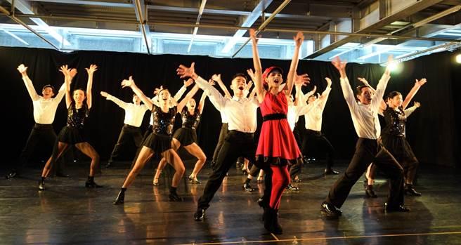樹德科大設計學院表演藝術系2021年春季展演,改編日本「安納塔漢島女王真實事件」,以集體即興創作的《荒島奇姬》登場。學生8日進行彩排。(林瑞益攝)