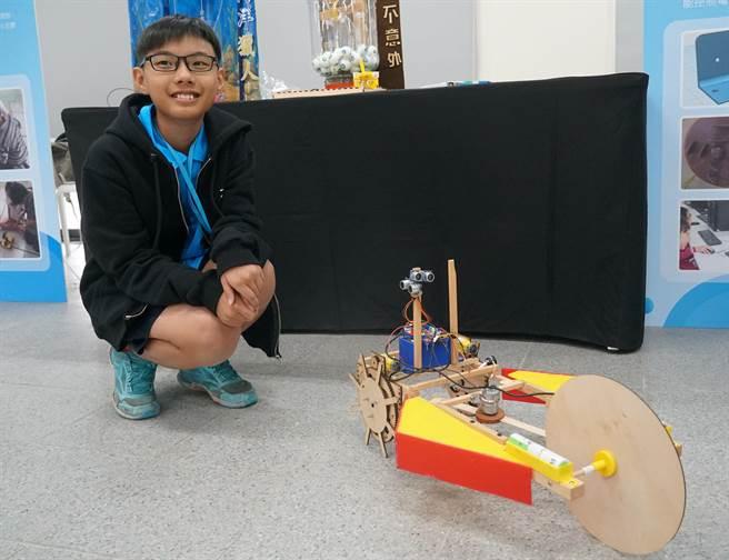 台中市教育局,8日在大里高中舉行「智慧未來,創新發展」資訊教育成果展,翁子國小六年級的周鼎毅帶來與學長姐一起發展的智能割草機參展。(黃國峰攝)
