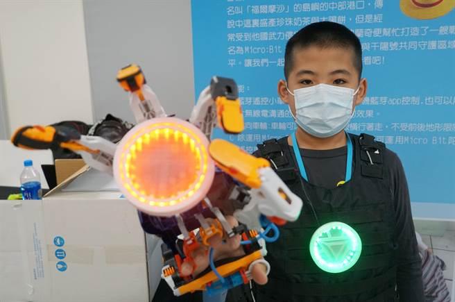 台中市教育局,8日在大里高中舉行「智慧未來,創新發展」資訊教育成果展,賴厝國小撰寫光電控制程式,發展出鋼鐵人手套、鋼鐵人背心來。(黃國峰攝)