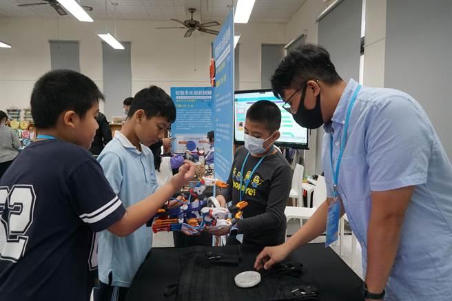 台中市教育局,8日在大里高中舉行「智慧未來,創新發展」資訊教育成果展,各校帶來資訊教育成果,互相交流。(黃國峰攝)