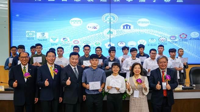 崑山科技大學今日舉行聯盟成立大會暨iPAS機器人工程師術科考場揭牌,考取iPAS證照的學生與貴賓合影。(曹婷婷攝)