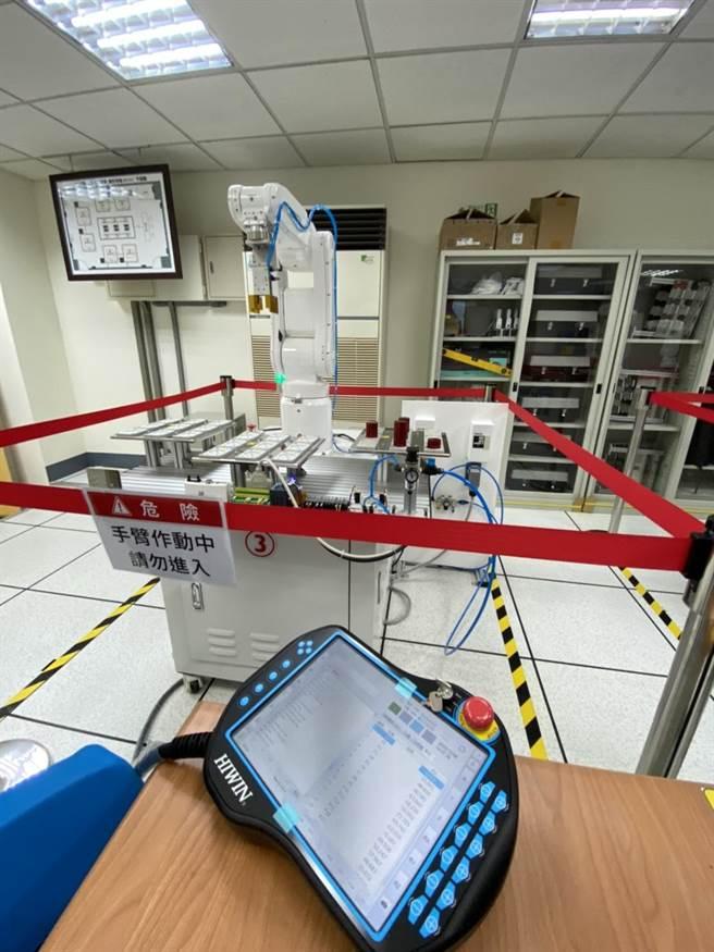 崑山科技大學今日舉行聯盟成立大會暨iPAS機器人工程師術科考場揭牌。(曹婷婷攝)