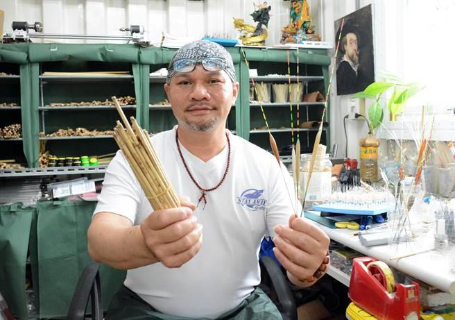 劉慶鴻利用屏東甜根子製作頂級浮標,誓言效法職人精神,一生做好一件事。(林和生攝)