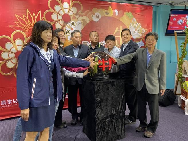 台中市農業局長蔡精強8日宣布透過「普利共好商城」網路行銷平台。(盧金足攝)