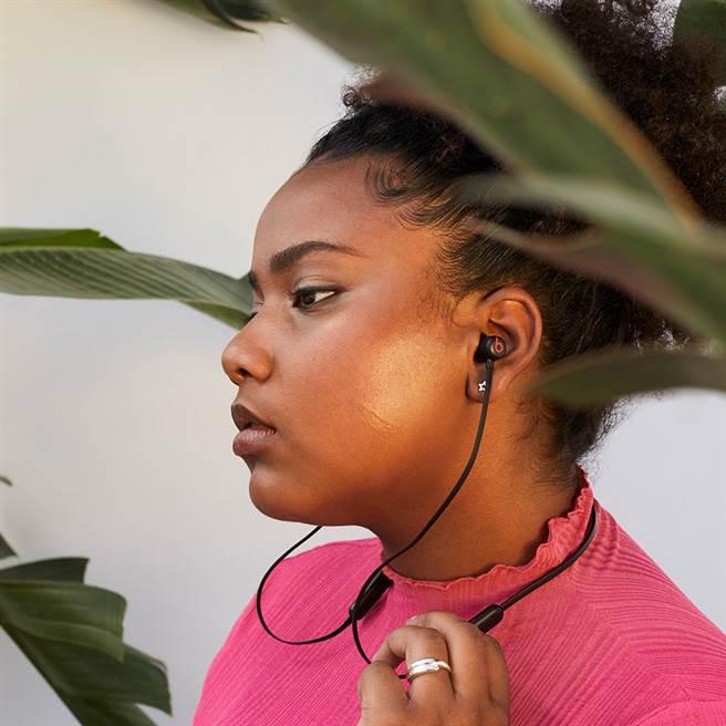 Beats全新無線入耳式耳機Beats Flex,提供符合個人需求的貼合體驗,全天候配戴也能舒適自在。(Beats提供/黃慧雯台北傳真)