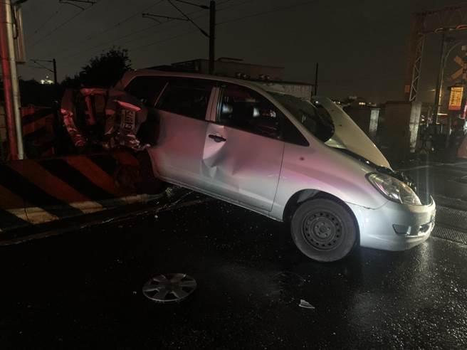 自小客車與台鐵區間列車發生擦撞,車體嚴重毀損。(宜蘭縣政府消防局提供/胡健森宜蘭傳真)
