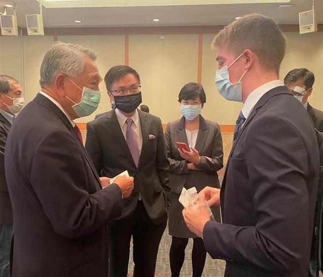 駐華代表與國光生技董事長詹啟賢(左一)、貿協董事長黃志芳(左二)洽談疫苗合作。圖/貿協提供