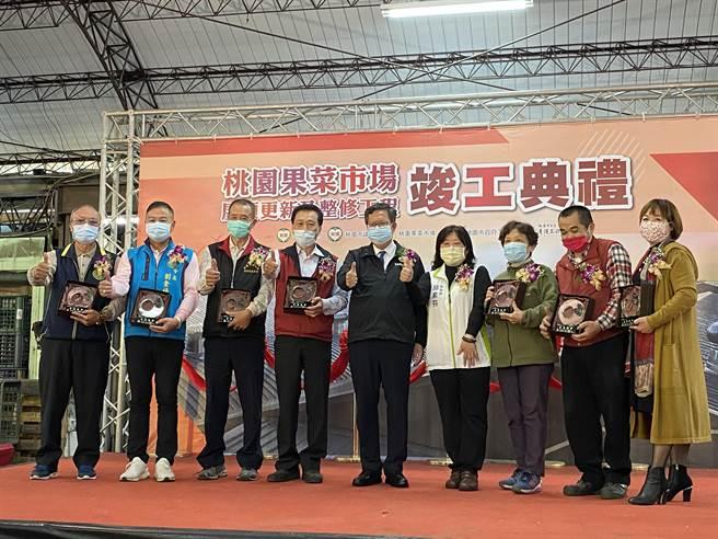 桃園市長鄭文燦也頒發「嘉惠社會」獎座表揚7名長期捐贈社福團體的愛心攤商。(蔡依珍攝)