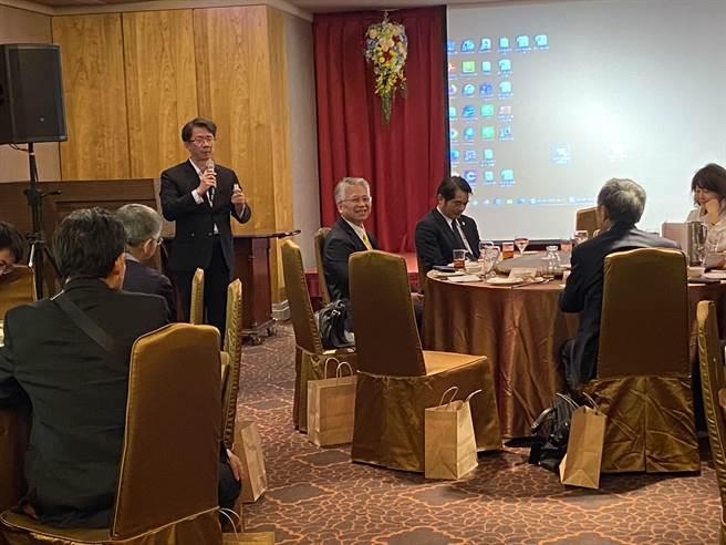 台灣上市櫃公司協會創辦人榮譽副理事長施明豪表示,信邦集團董事長王紹新大器不藏私,樂於與產業界交流經營經驗。(盧金足攝)