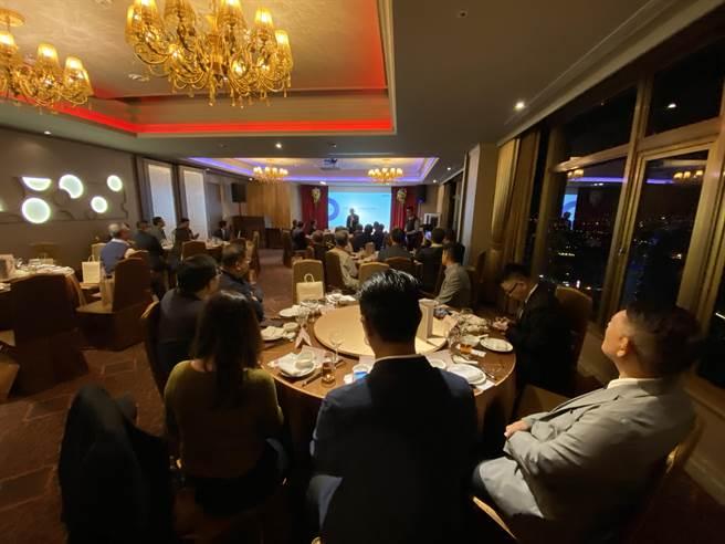 台灣領袖講座8日在台中市舉行,主辦單位台灣上市櫃公司協會、中台灣社團聯合會,邀請信邦集團董事長王紹新主講,贏得滿堂彩。(盧金足攝)