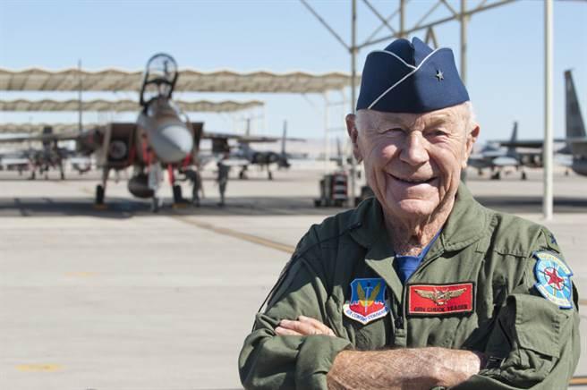 叶格与F-15鹰式战机。(图/美国空军)