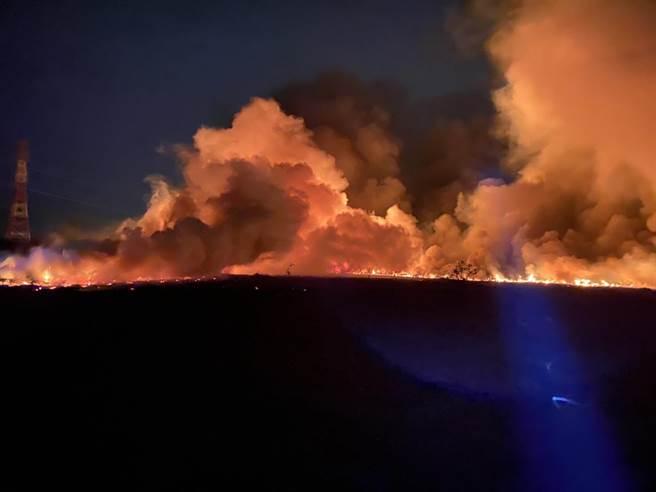 歸仁沙崙納骨塔農地晚間傳出火警。(台南市消防局提供/曹婷婷台南傳真)