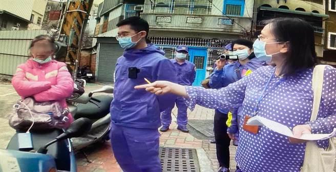 台南地方法院司法事務官前往知名的「檢舉魔人」蘇大媽(著紅衣)原租處舉行遺留物拍賣會,對方在現場對執行人員「大小聲」。(讀者提供/洪榮志台南傳真)