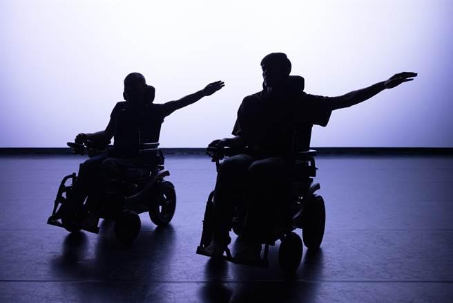 編舞家周書毅(右),近期和劇場人鄭志忠(左)合作編舞,推出作品《阿忠與我》,舞動生命平權,以及探討生命的依存關係。(國家兩廳院提供)