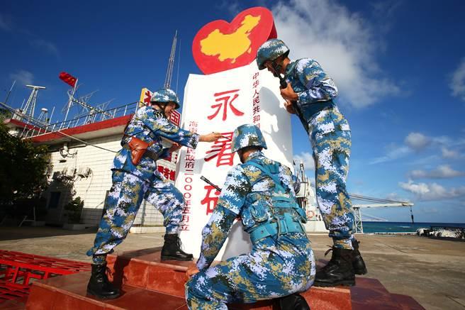 大陸在南海的永暑礁上興建軍事設施與機場,並常年派駐了數十人的部隊。(圖/新華社)