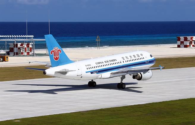 大陸軍事雜誌認為,許多南海島礁機場設施有限,難以提供一架以上的飛機起降。圖為永暑礁機場。(圖/新華社)