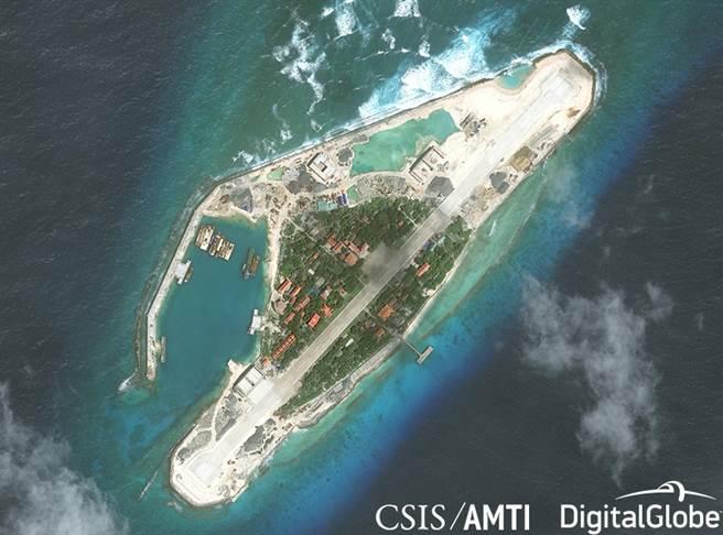 南海島礁距離大陸遠、面積小,簡易機場的容量有限,孤懸大海可能遭多重路線攻擊,在戰爭時發揮不了什麼作用。(圖/CSIS)