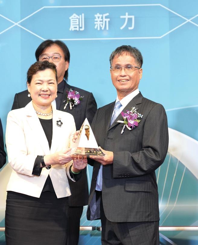 經濟部部長王美花(左)頒發第23屆小巨人獎獎座予龍進自動機械總經理林森崧(右)。圖/龍進自動機械提供