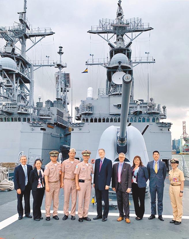 圖為美國在台協會(AIT)處長酈英傑去年8月前往左營海軍基地,參訪美國軍售的紀德級驅逐艦。(摘自美國在台協會臉書)