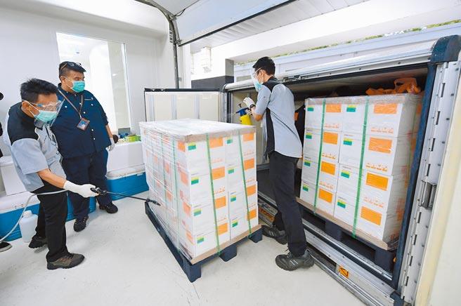 印尼總統府特別公布了北京科興生物製品生產的120萬劑新冠疫苗運抵萬隆的照片。(美聯社)