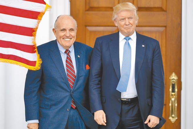 美國總統川普6日在推特,發布私人律師朱利安尼(左)確診新冠肺炎的消息。現年76歲的朱利安尼當天入院接受治療,並發文感謝外界祝福。(美聯社)