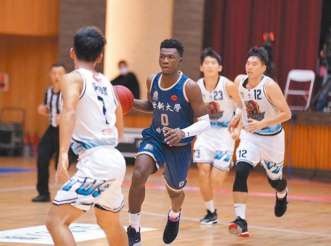 領有台灣身分證的世新大學黑人好手阿巴西(中)昨貢獻20分、13籃板。(大專體總提供)