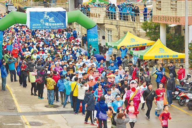 連江縣政府明年3月27日將舉辦「2021馬祖北竿硬地超級馬拉松」;圖為往年北竿硬地超級馬拉松比賽畫面。(連江縣政府提供/葉書宏連江傳真)