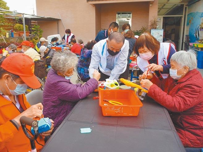 台塑企業「玩具環島,讓愛圍繞」活動,讓老人家藉由拆解玩具手腦並用。(張朝欣攝)