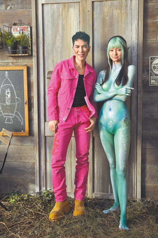 老蕭(左)與女主角在MV裡上演跨物種戀情。(華納音樂提供)