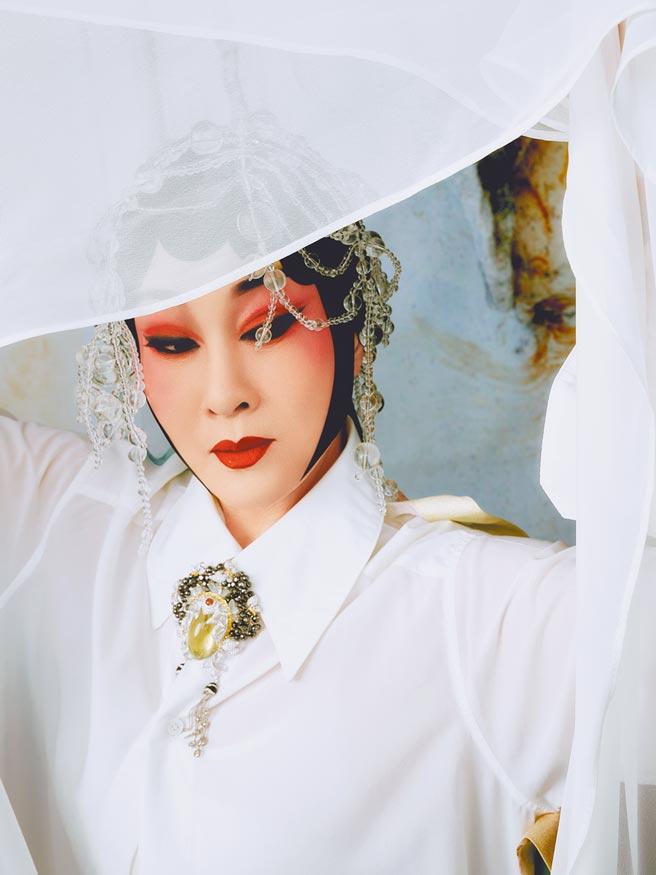 一代名伶魏海敏粉墨登場詮釋JHENG藝術臉譜珠寶作品,舉手投足戲感十足。(JHENG提供)