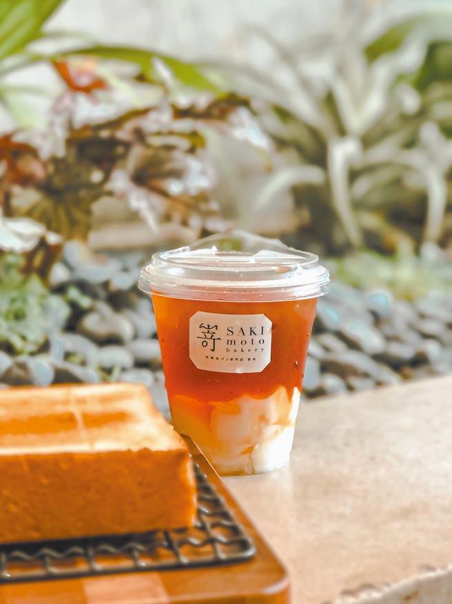 新光三越台北南西店限定「嵜本特濃紅茶x五桐號杏仁凍」,每杯110元。(新光三越提供)